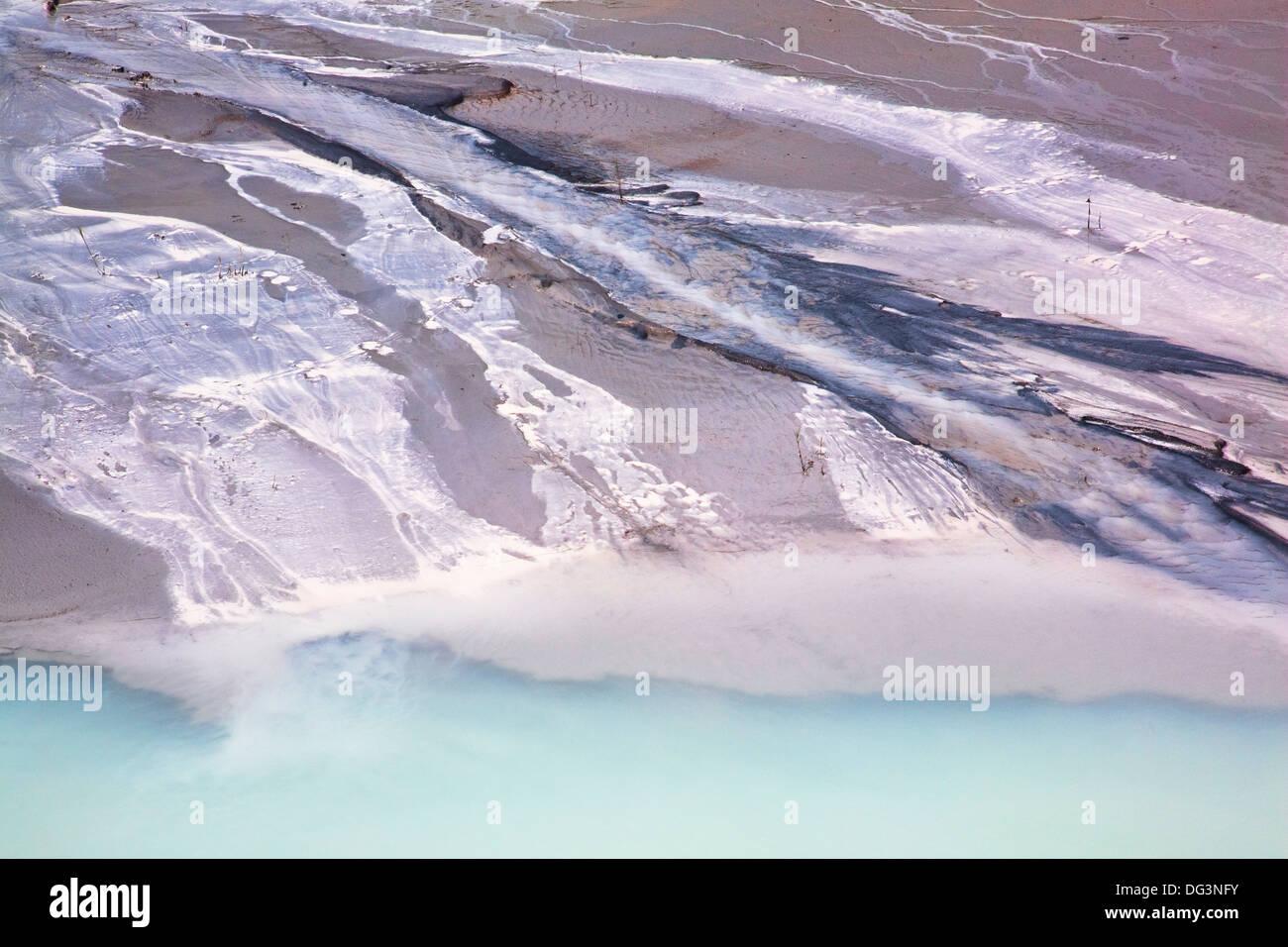 La contaminación industrial de la escorrentía de una cercana fábrica de corte de granito Imagen De Stock