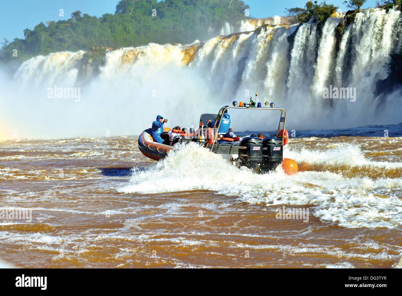 Brasil, el Parque Nacional Iguazú: Macuco Safari viaje en barco por el río Iguazú hasta la base de Imagen De Stock