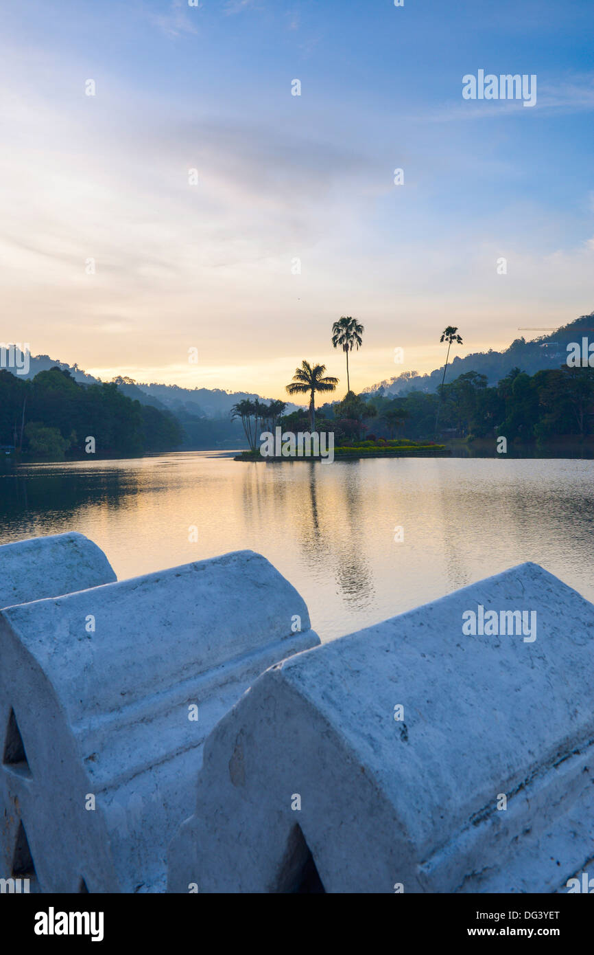 Lago Kandy al amanecer, la isla de la Real Casa de verano, con las nubes pared en primer plano, Kandy, Sri Lanka, Asia Imagen De Stock