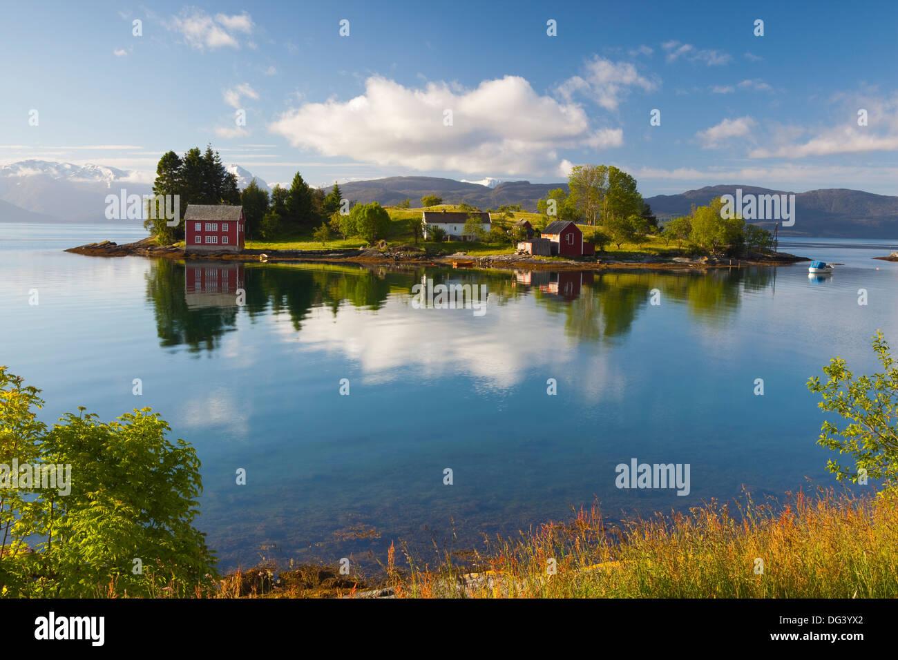 Una idílica isla rural en el fiordo Hardanger, Hordaland, Noruega, Escandinavia, Europa Imagen De Stock