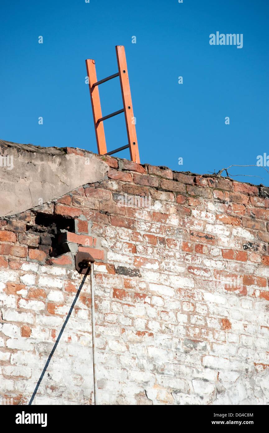 Escalera Muro superar subir cielo obstáculo Imagen De Stock