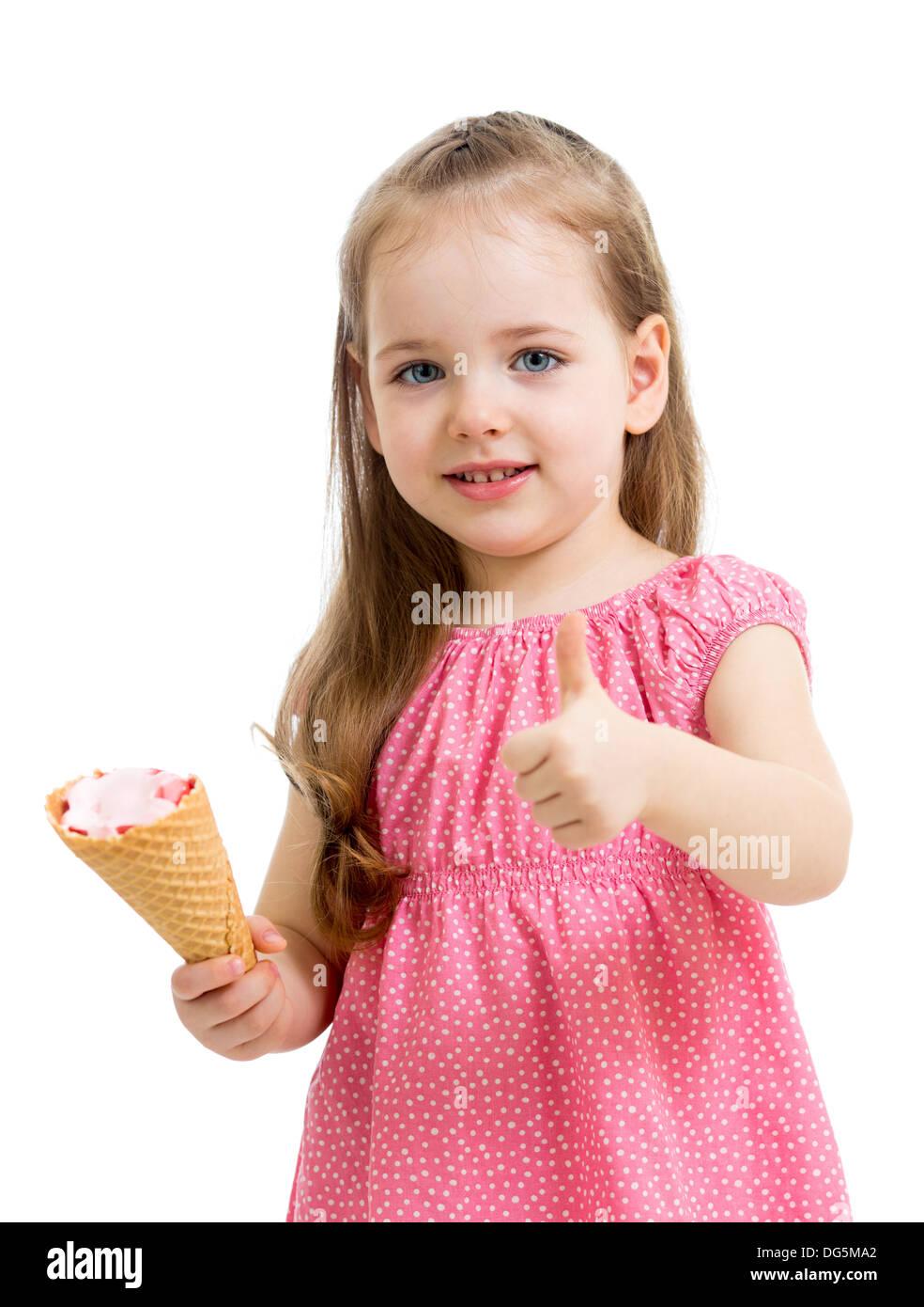 Niño feliz chica comer helado y mostrando el pulgar hacia arriba Imagen De Stock