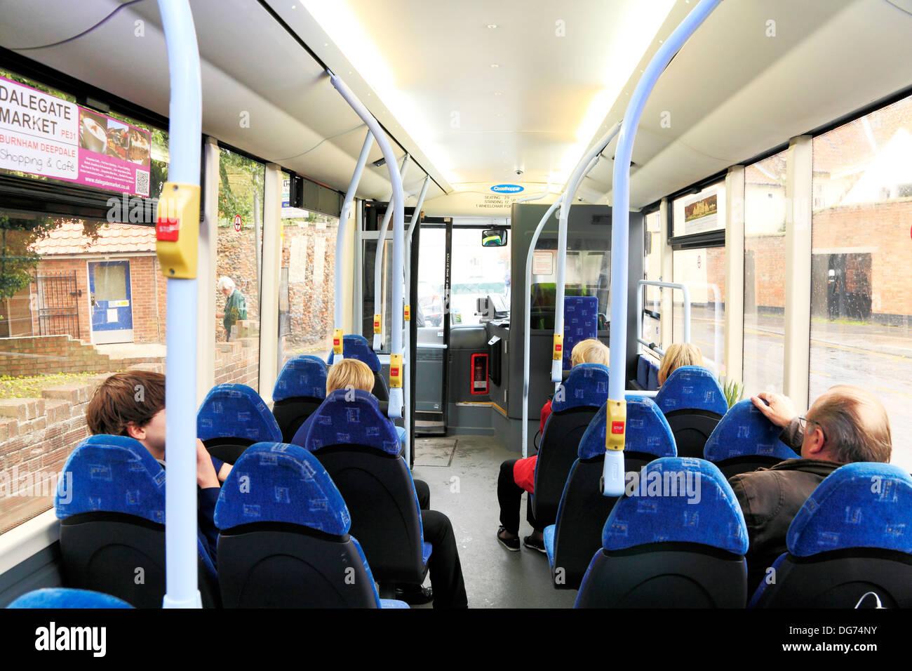 La tolva de la costa y los pasajeros de autobús, interior, Norfolk Inglaterra el servicio de transporte público, Coasthopper Imagen De Stock
