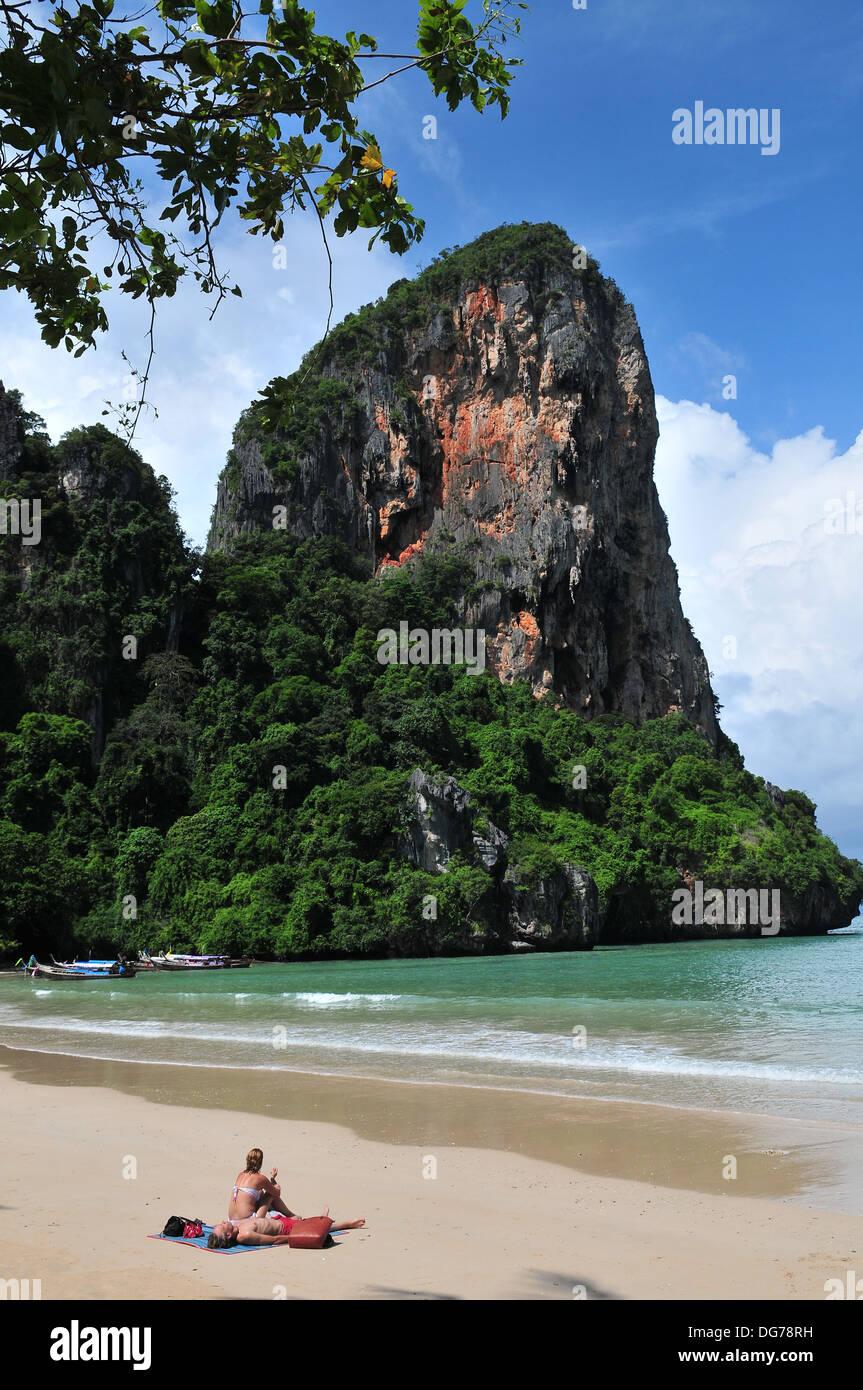 Las islas y playas de Tailandia - Pareja relajándose en la PLAYA RAILAY (Krabi) Imagen De Stock