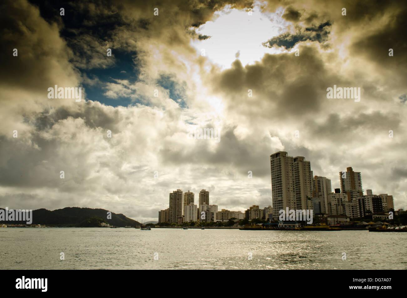 La ciudad de Santos, estado de Sao Paulo, Brasil. Vista desde la ciudad de Guarujá. Ponta da Praia barrio Imagen De Stock