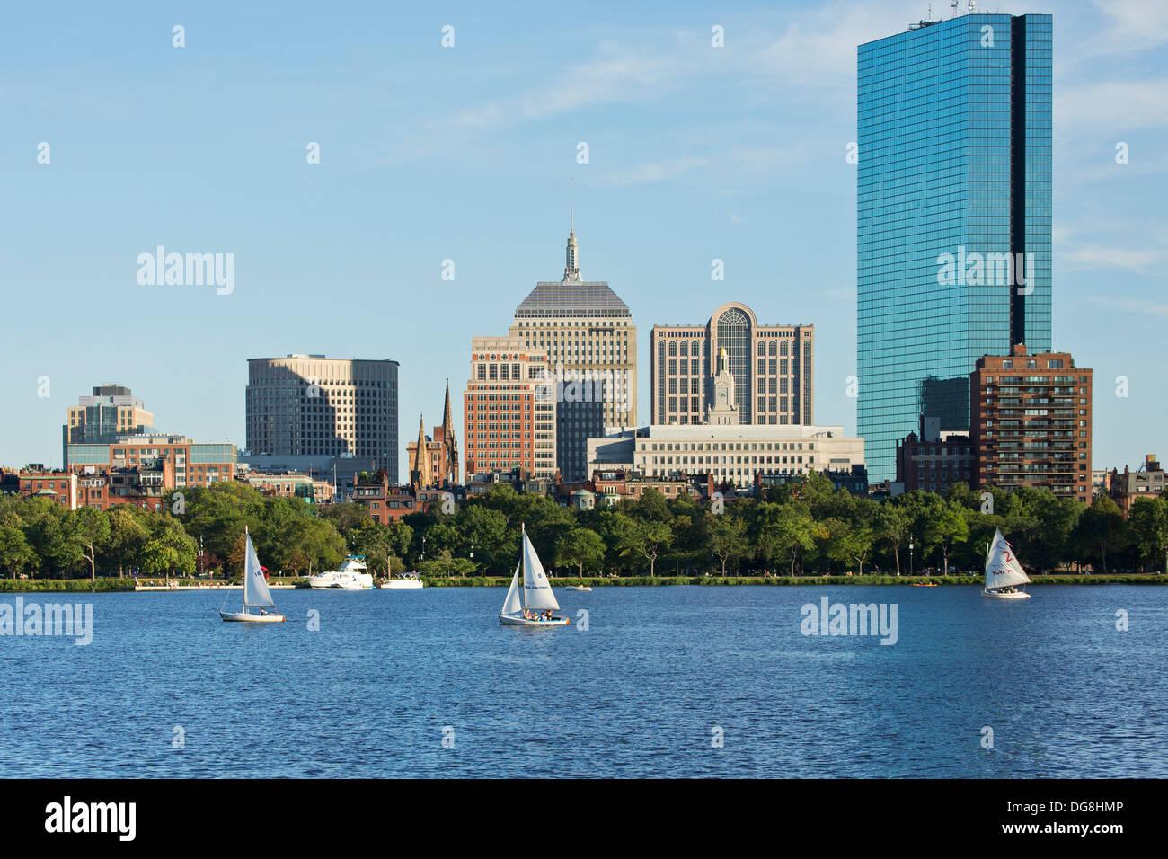 Skyline (200 Clarenton, antiguamente conocida como torre Hancock en vidrio) y veleros en el río Charles, en Boston, Massachusetts, EE.UU. Imagen De Stock