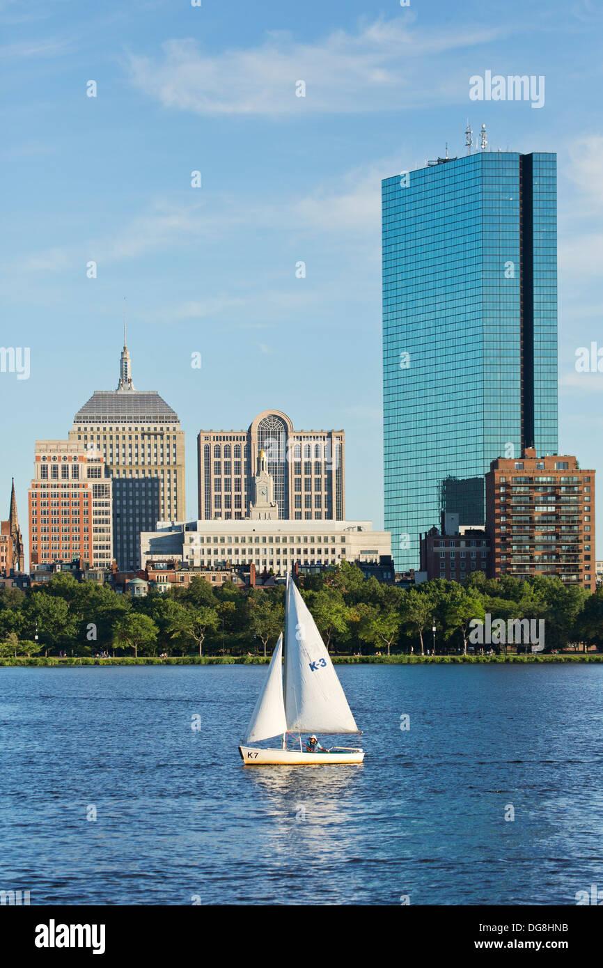 Skyline (200 Clarenton, antiguamente conocida como torre Hancock en vidrio) y velero en el río Charles, en Boston, Massachusetts, EE.UU. Imagen De Stock