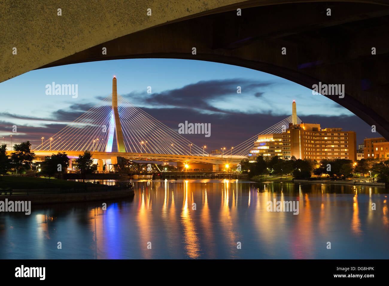 Leonard P. Zakim Bunker Hill Memorial Bridge (Puente Zakim) y Charles River, en Boston, Massachusetts, EE.UU. Imagen De Stock