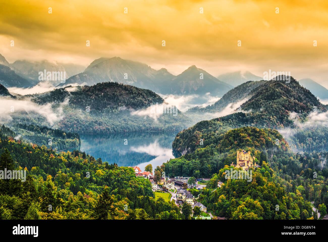 Misty día en los Alpes bávaros cerca de Fussen, Alemania. Imagen De Stock