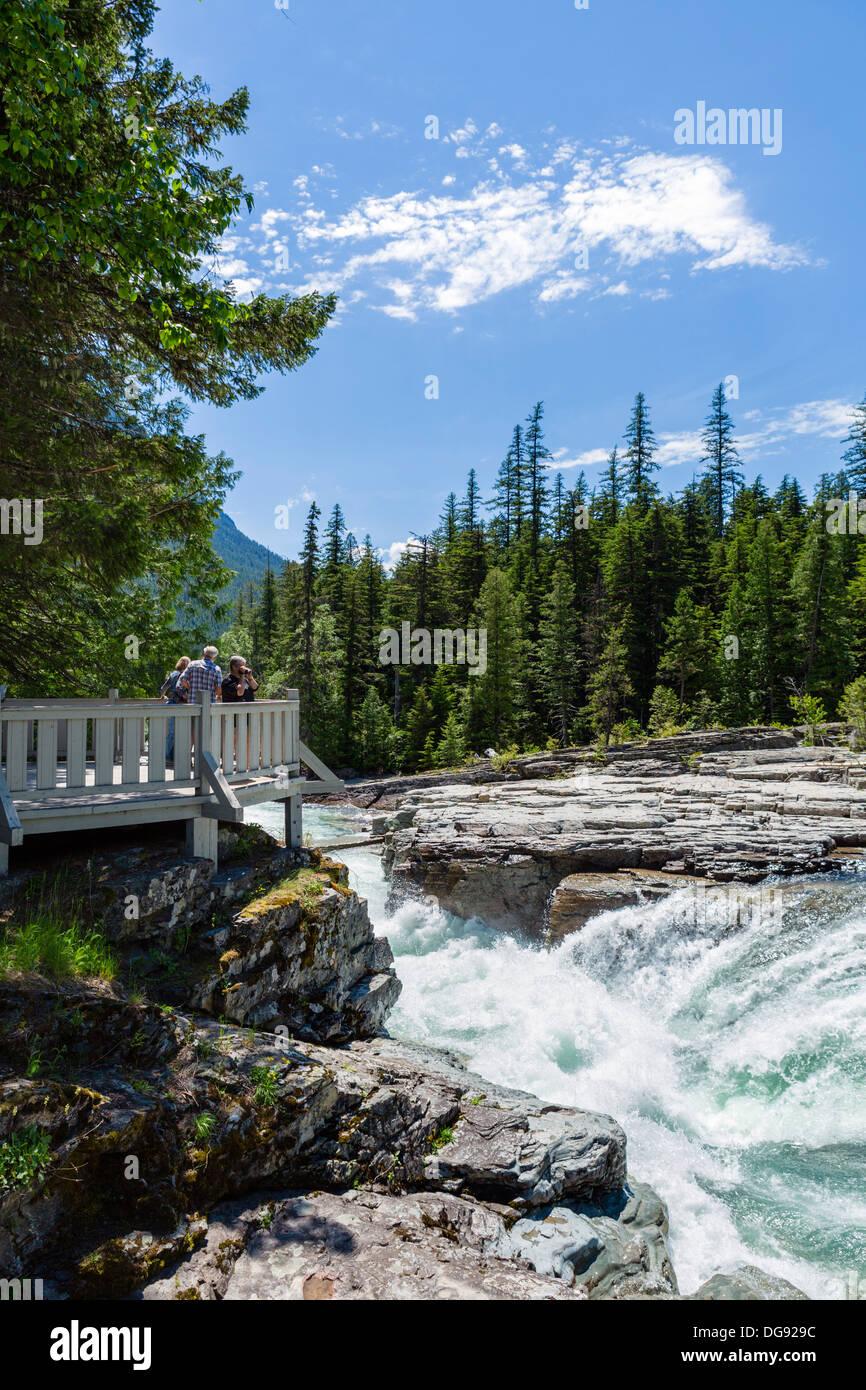 Los turistas en McDonald cae Mirador, Parque Nacional Glacier, Montana, EE.UU. Imagen De Stock