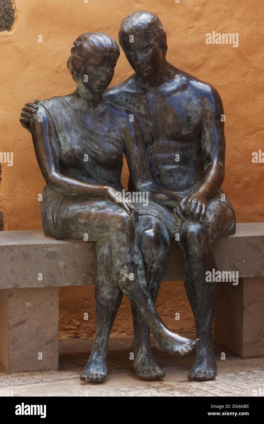 """""""Aspectos de Amor' la estatua en bronce de Aguimes en Gran Canaria en las Islas Canarias. Imagen De Stock"""