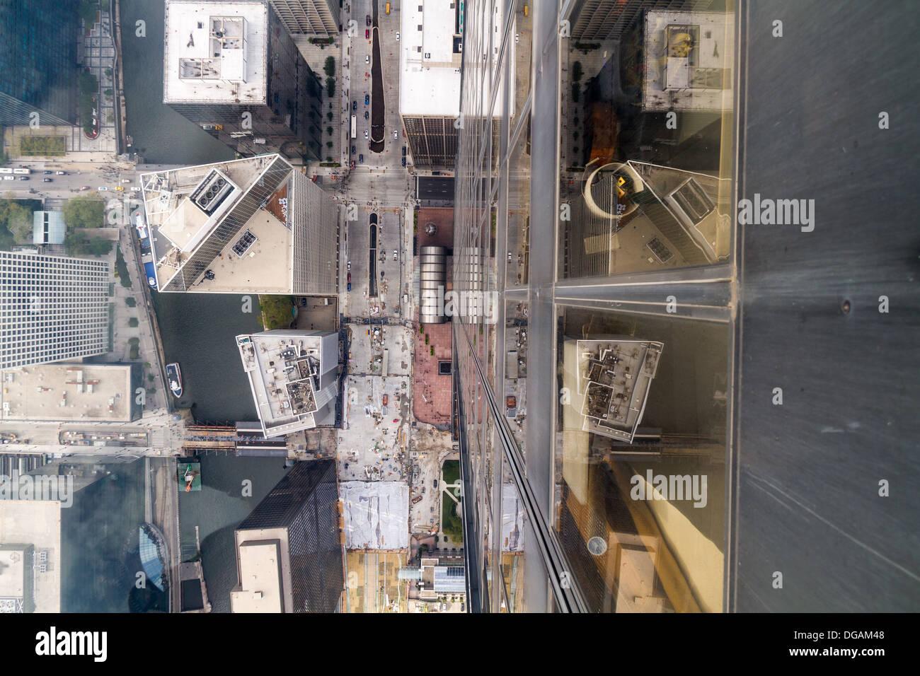 Mirando hacia abajo a través del suelo de cristal en la parte superior de la torre Willis, Chicago Imagen De Stock