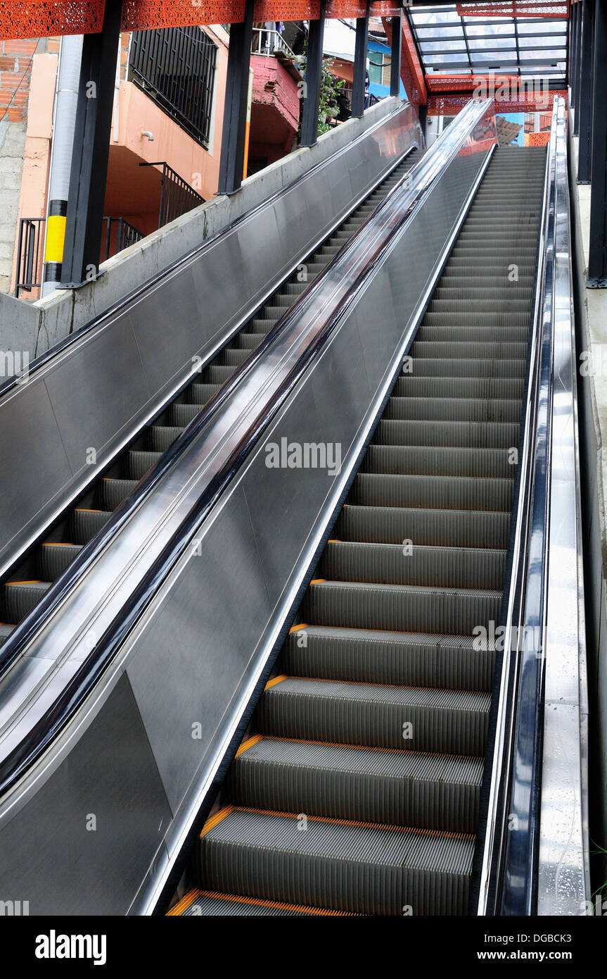 Escaleras mecánicas , COMUNA 13 - 20 de julio distrito .en Medellín, Departamento de Antioquia. COLOMBIA Imagen De Stock
