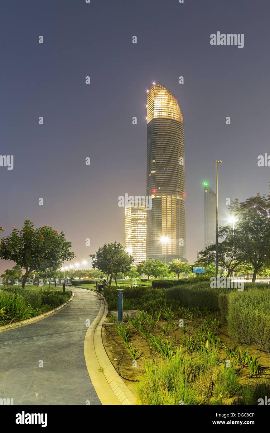 Rascacielos iluminados al anochecer, Adu Dhabi, Emiratos Árabes Unidos Imagen De Stock