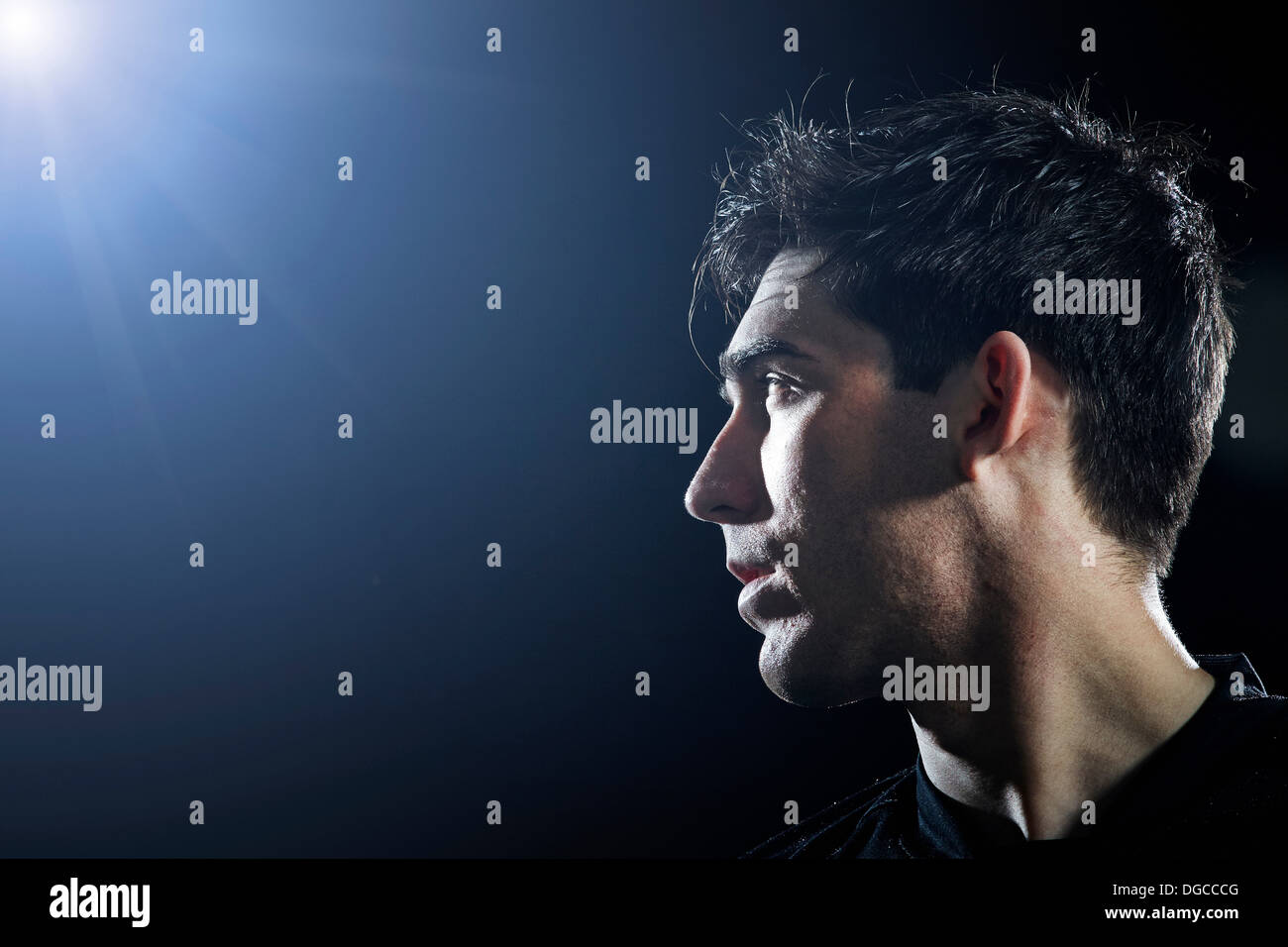 Primer plano de un joven jugador de fútbol masculino Foto de stock