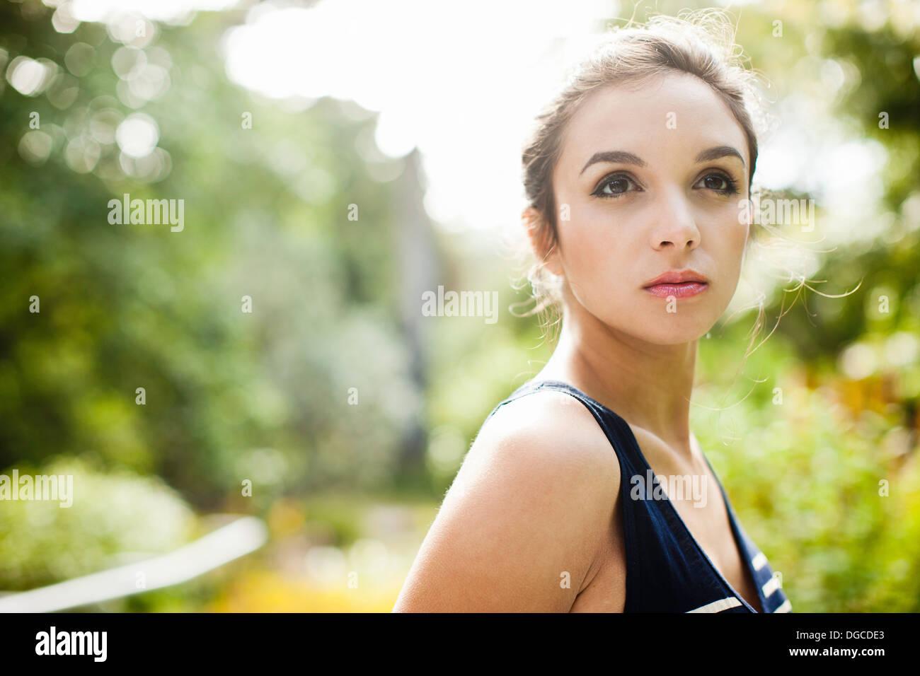 Mujer joven apartar la mirada, cerrar Imagen De Stock