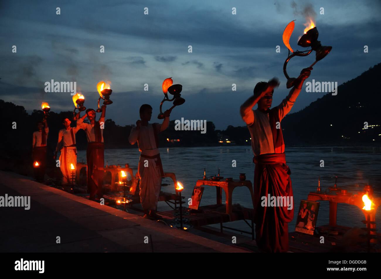 Noche Ganga Aarti Ceremonia en Rishikesh Imagen De Stock