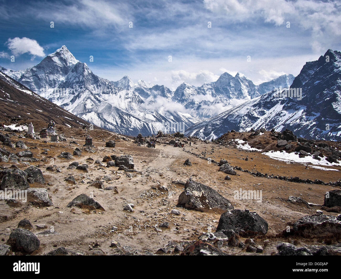 El Ama Dablam (izquierda) y otros picos a lo largo del trek el campamento base del Everest. Imagen De Stock