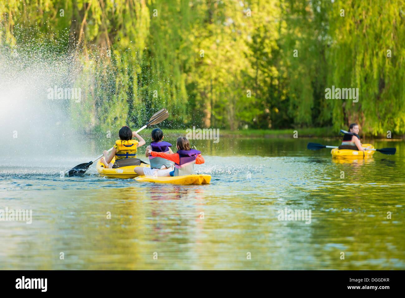 Las niñas canotaje en el lago Imagen De Stock