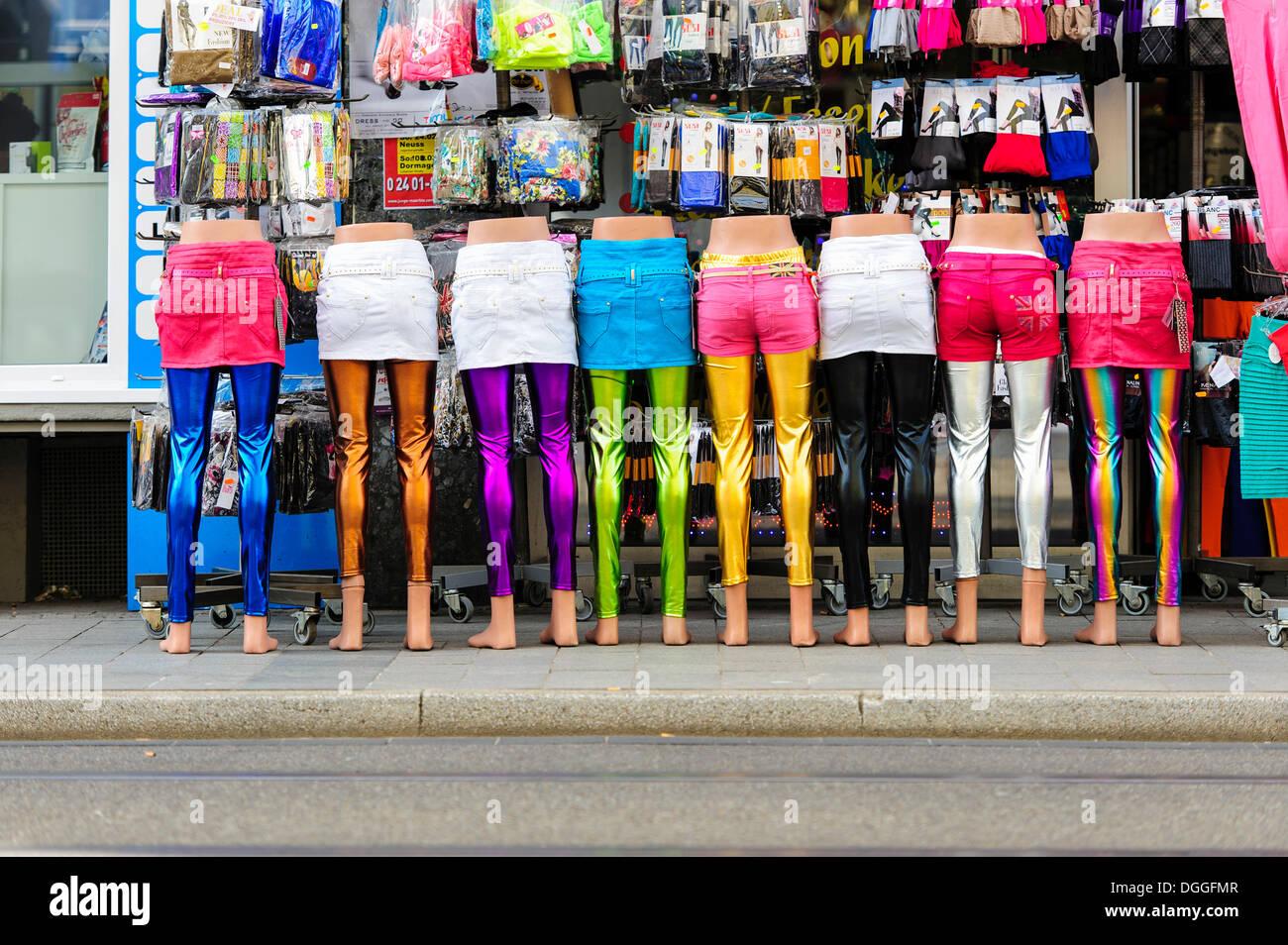 Las piernas de maniquíes de pie en una fila delante de una tienda de ropa, Neuss, Renania del Norte-Westfalia, Alemania Foto de stock