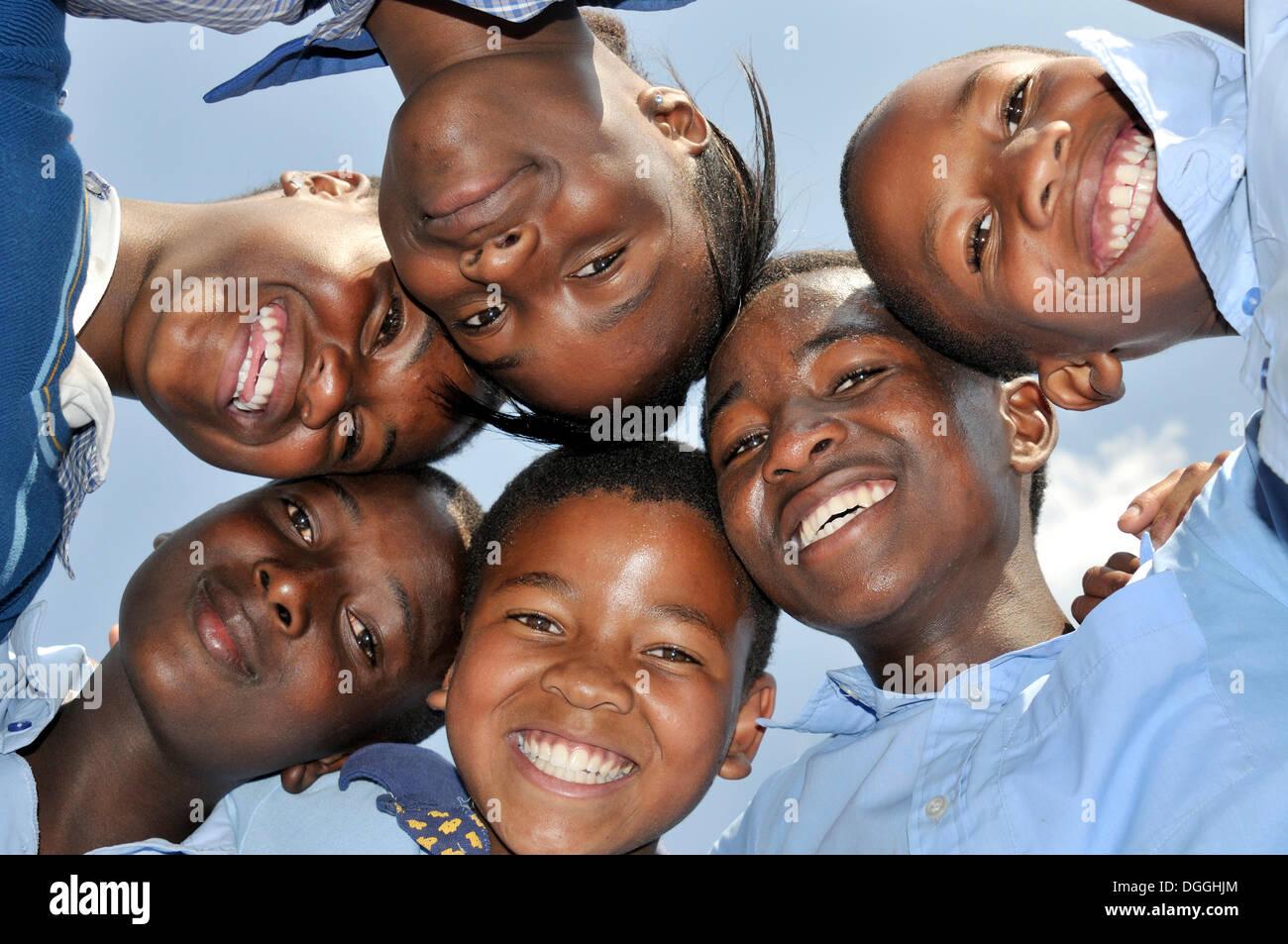 Los niños africanos, de pie, con sus cabezas en un círculo, en Johannesburgo, Sudáfrica, África Imagen De Stock