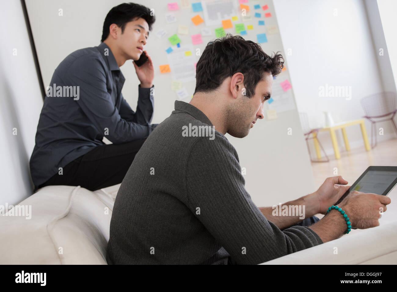 Dos hombres trabajando en la oficina sofá Imagen De Stock
