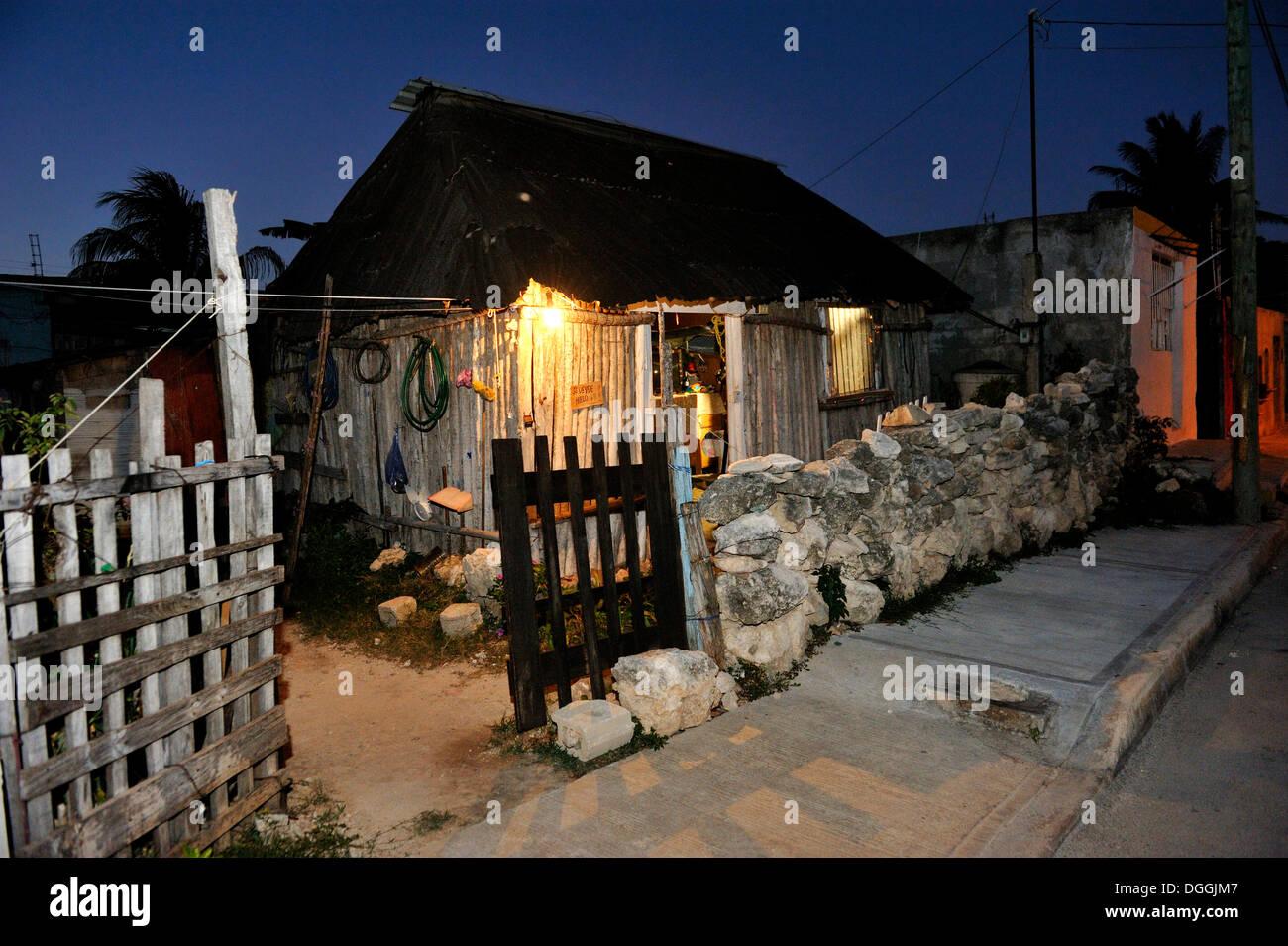 Humilde casa rural a las afueras de Cancún, propiedad de personas que trabajan en la industria del turismo, Cancún, Península de Yucatán Imagen De Stock