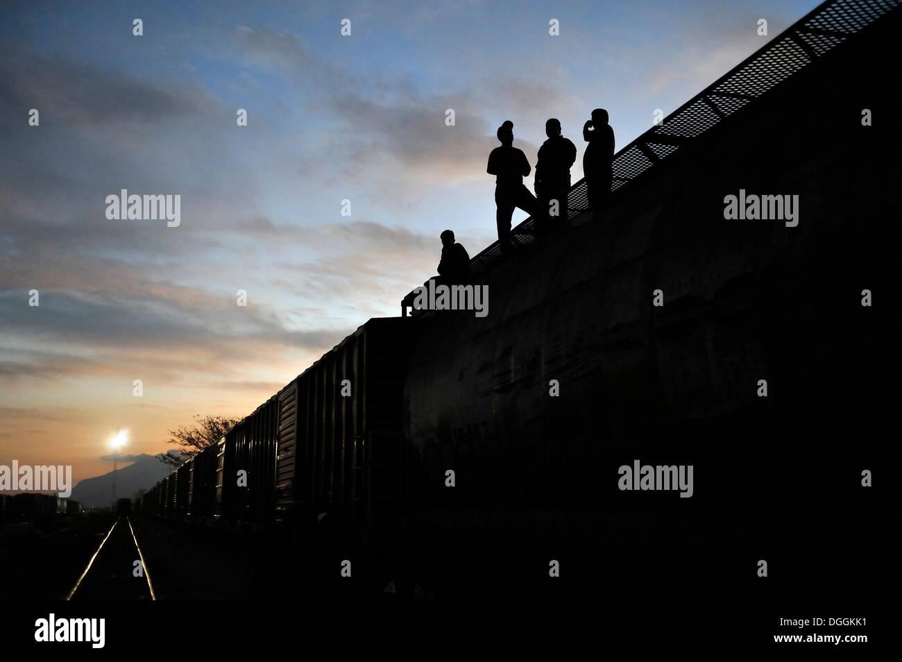 Los inmigrantes ilegales procedentes de América Latina en su camino a los Estados Unidos, intentando llegar a la Foto de stock