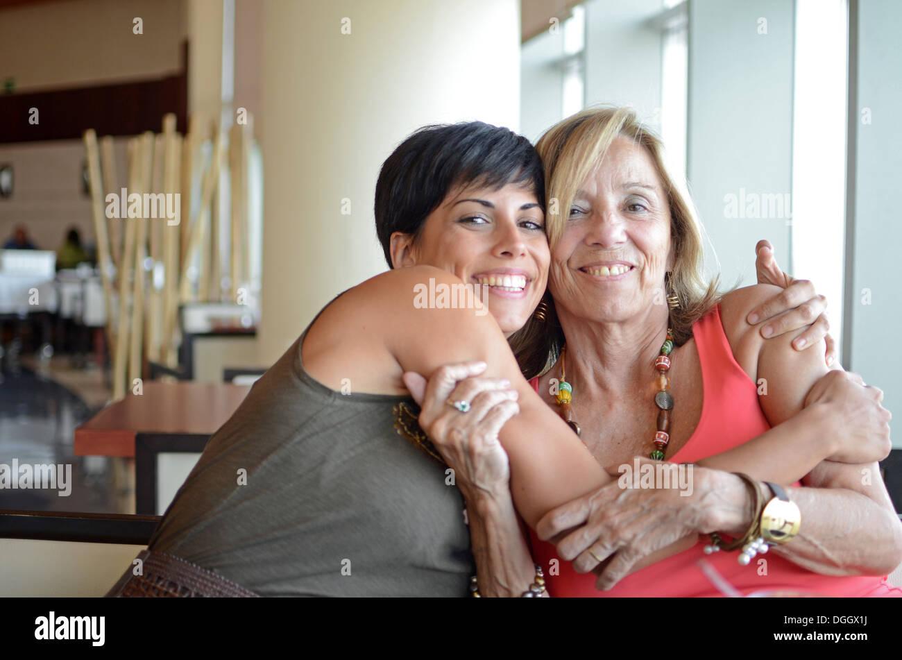 Maduro y joven Abrazo afectuosamente Imagen De Stock