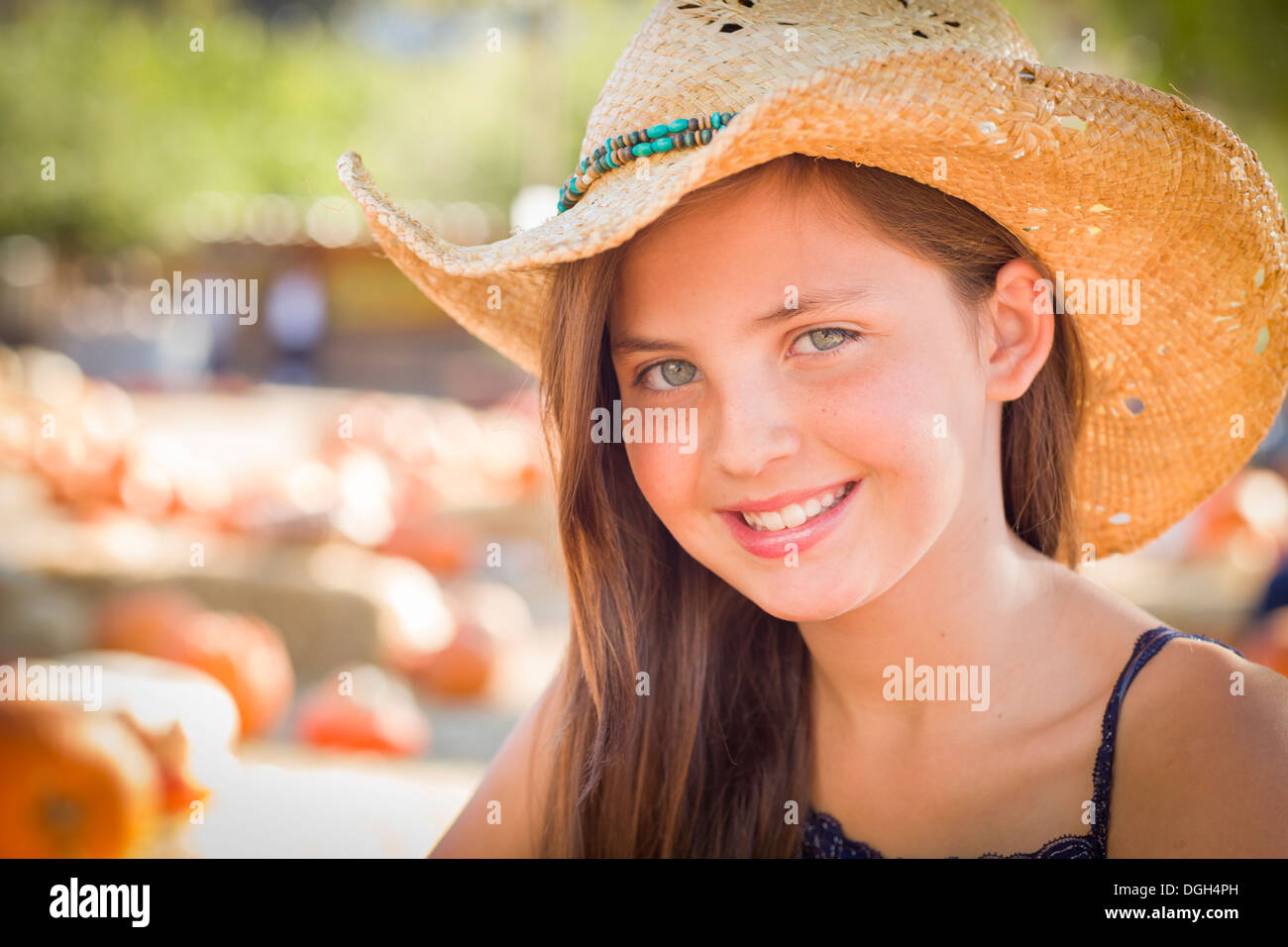 Preadolescentes chica retrato llevar sombrero de cowboy en Pumpkin Patch en  el ambiente rústico. Imagen 7da4f55006e