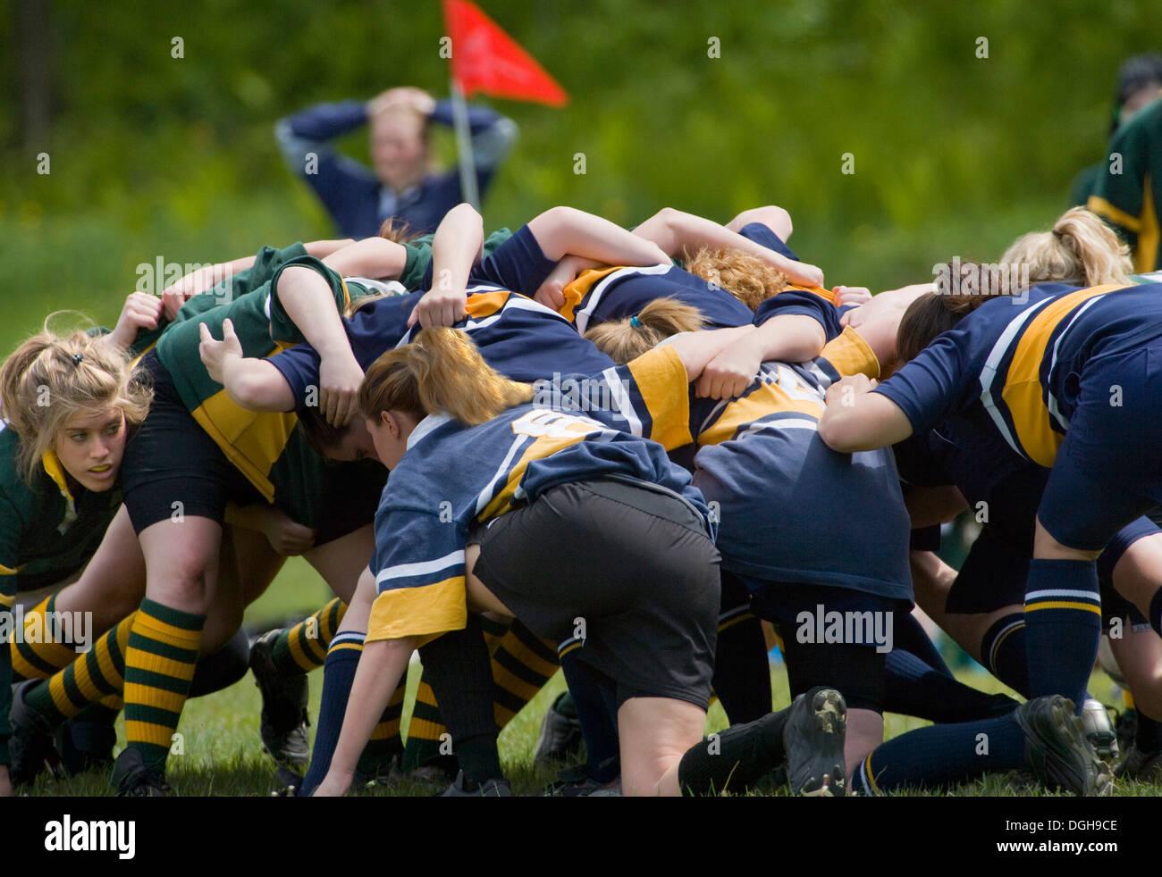 Las niñas en rugby scrum Imagen De Stock