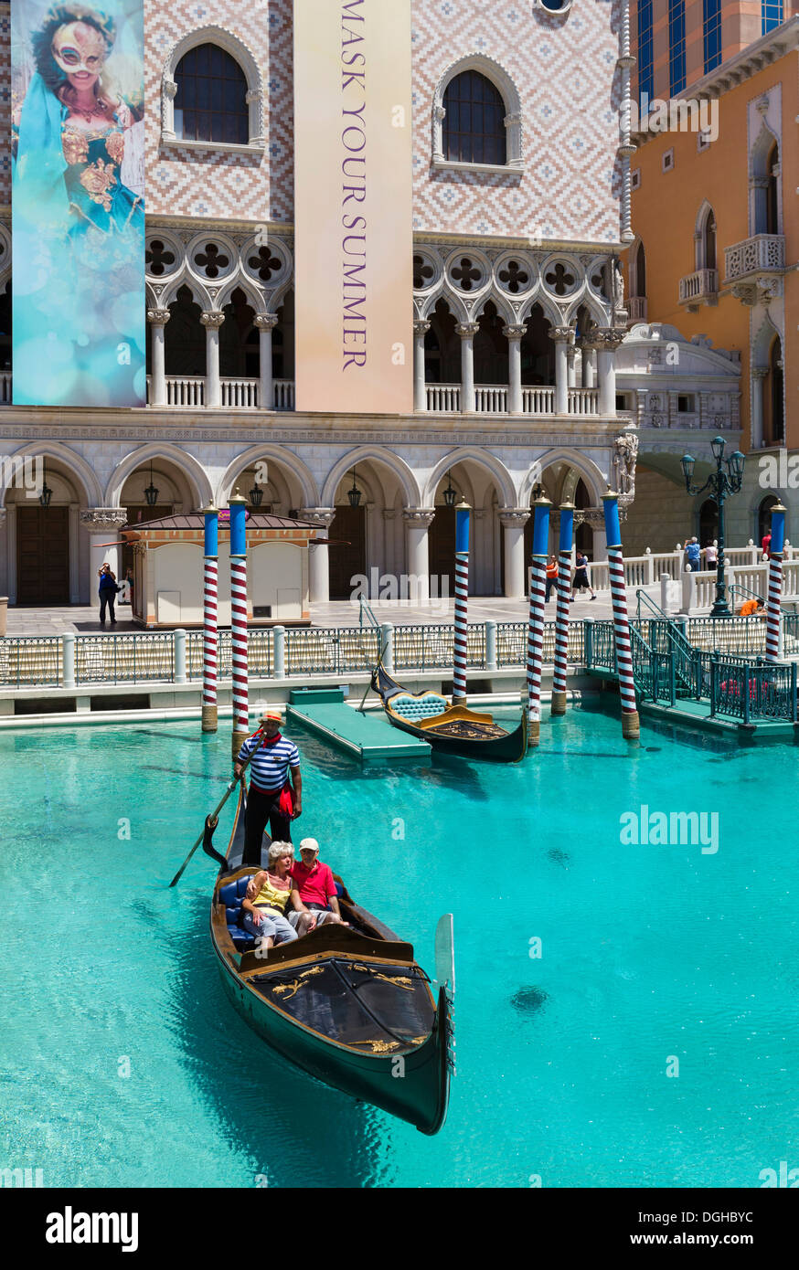 En el Gran Canal en góndola en el Venetian hotel y casino, Las Vegas Boulevard South, Las Vegas, Nevada, EE.UU. Imagen De Stock