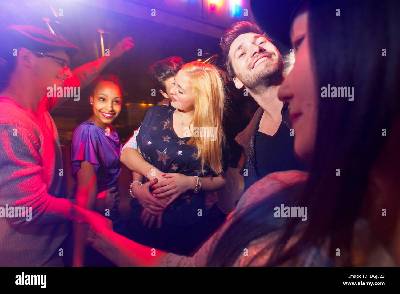 Grupo de personas de la fiesta, el hombre besar el cuello de mujer Imagen De Stock