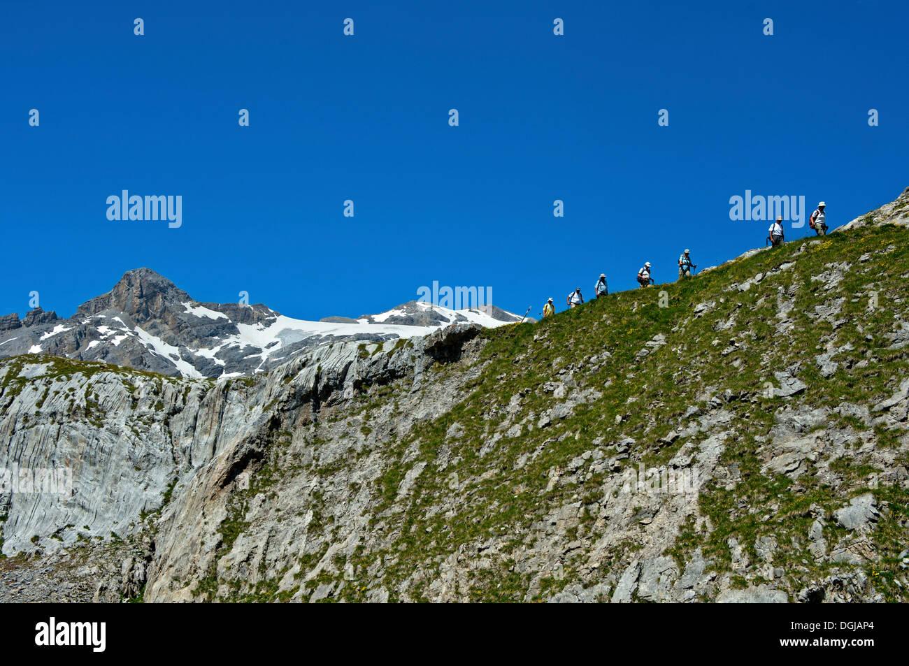 Los caminantes por debajo de la cima de la montaña, Wildhorn Alpes Berneses, cantón de Valais, Suiza Foto de stock