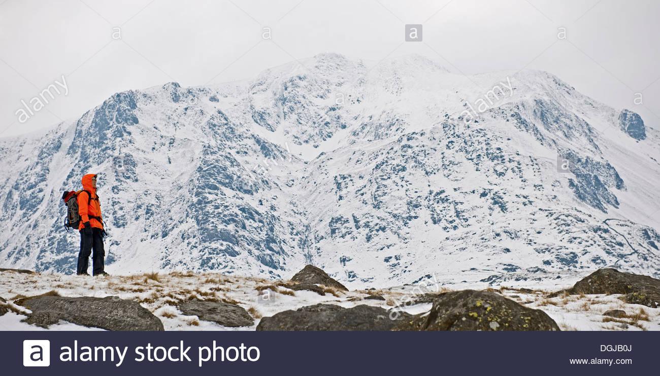 Hembra delante de escalador de montañas cubiertos de nieve, Y Garn, Snowdonia Imagen De Stock