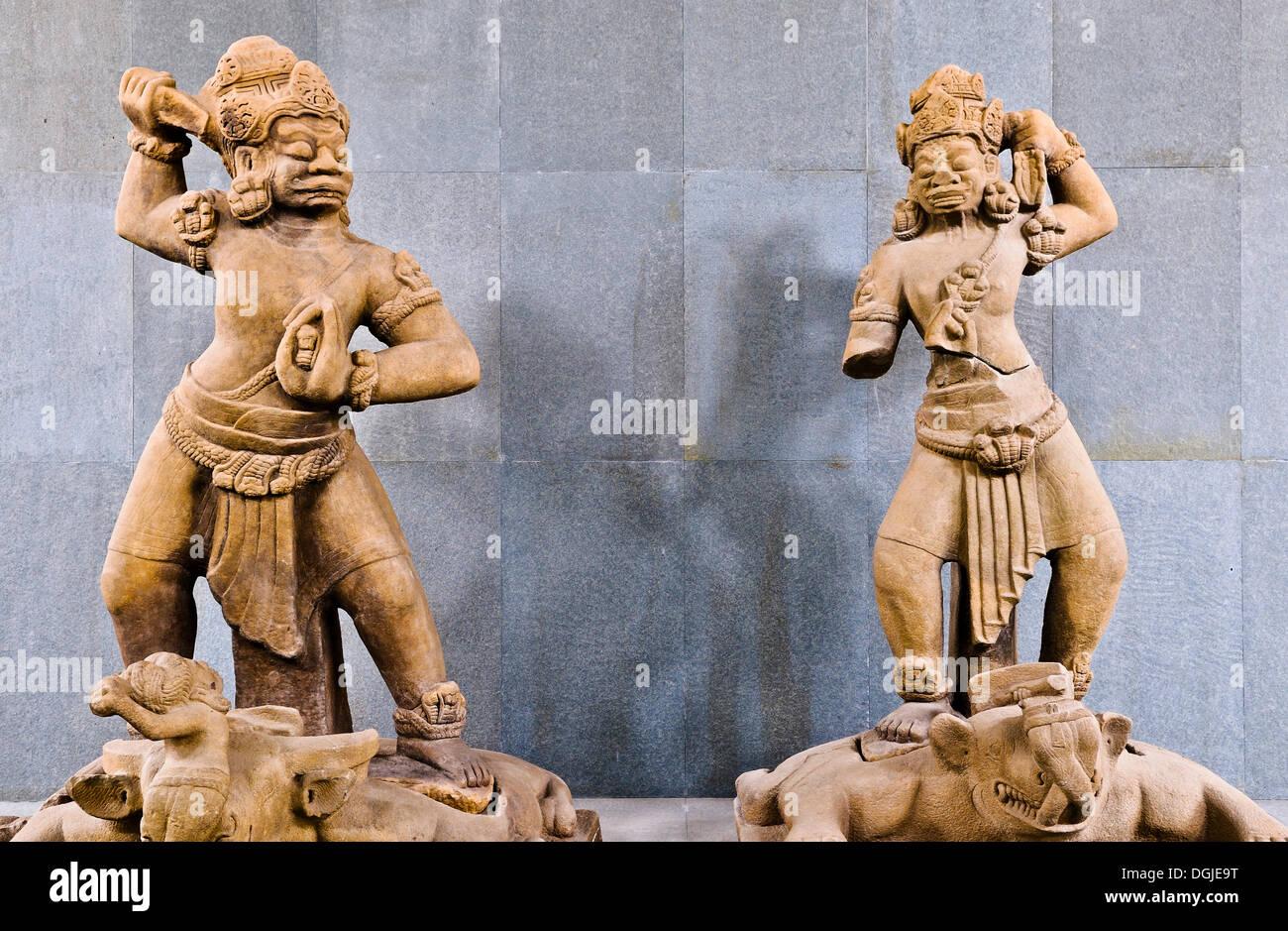Estatuas de Dvarapala, semidiós que guarda la entrada, Museo Cham, Da Nang, Vietnam, Sudeste de Asia Imagen De Stock