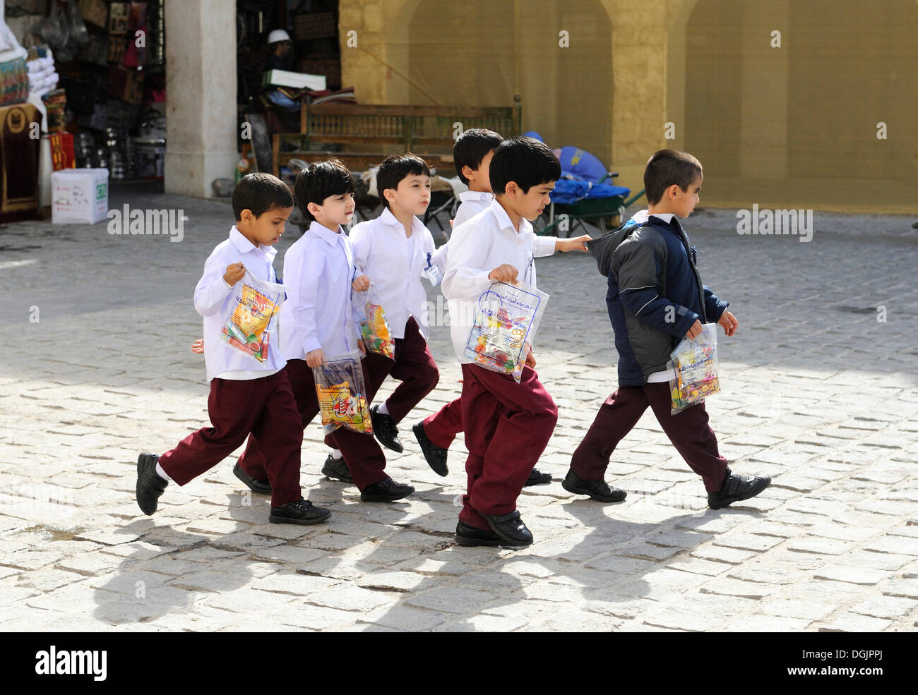 Los niños de la escuela vistiendo uniformes escolares, Doha, Qatar, la Península Arábiga, en el Golfo Pérsico, Oriente Medio, Asia Imagen De Stock