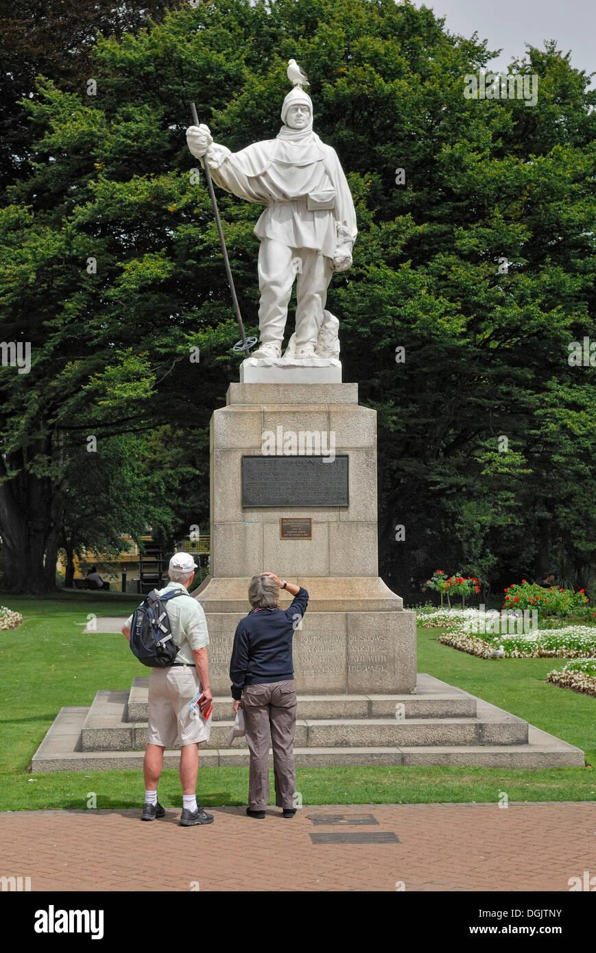 Monumento al explorador antártico Robert F. Scott, con turistas y gaviotas, Christchurch, Isla del Sur, Nueva Zelanda Imagen De Stock
