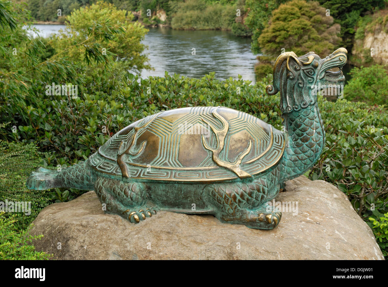 Tortugas de bronce, criaturas míticas, jardín japonés de contemplación, jardines Hamilton en el río Waikato, Hamilton Imagen De Stock