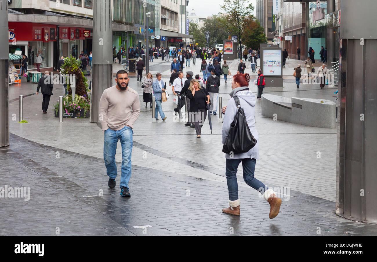 Los peatones y los compradores en un día lluvioso en High Street, Birmingham, Inglaterra, Reino Unido. Imagen De Stock