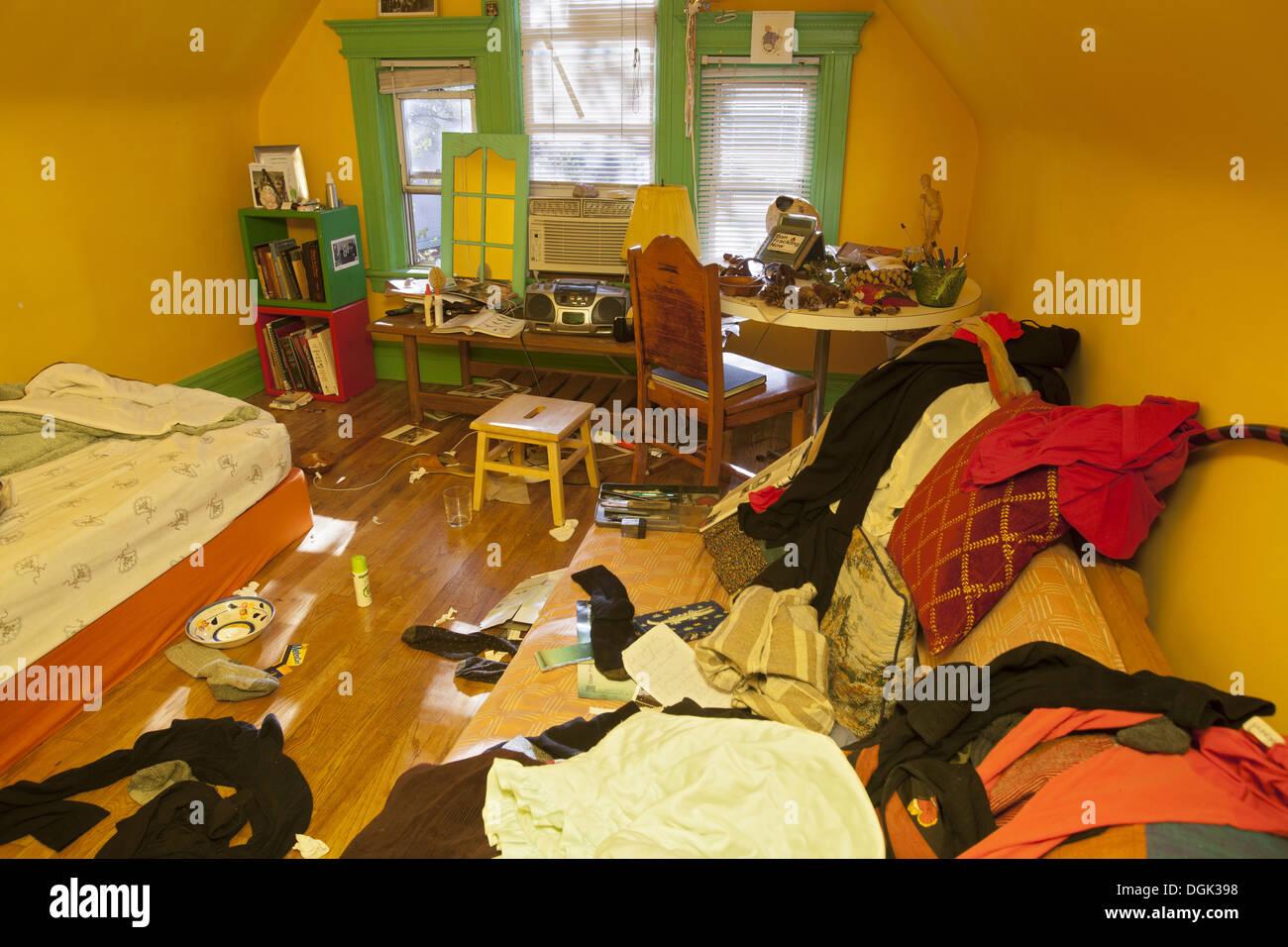 Muy desordenado dormitorio de una persona joven. Imagen De Stock