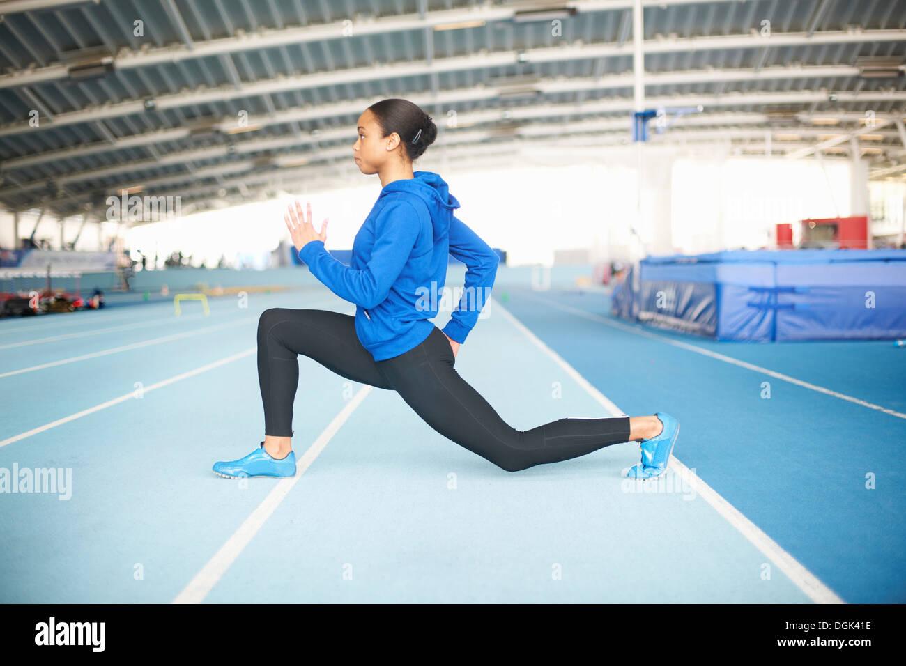 Joven atleta femenina lunging Imagen De Stock