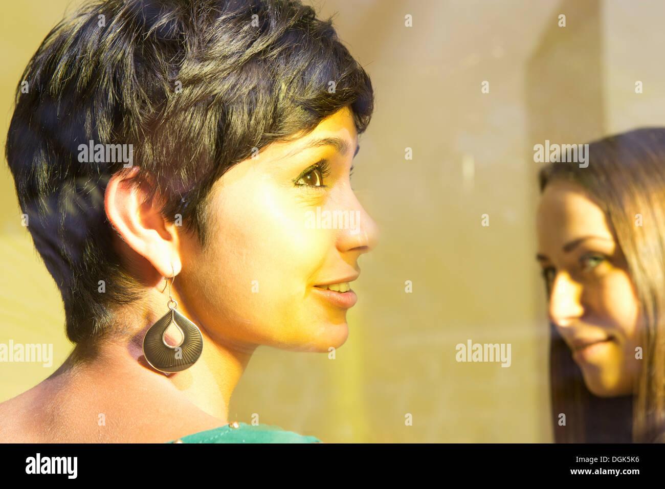 Mujer con pelo corto mirando lejos Imagen De Stock
