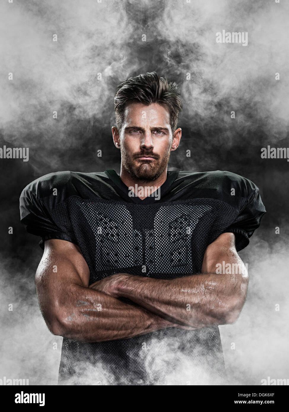 Retrato de un jugador de fútbol americano rodeado por la niebla Imagen De Stock
