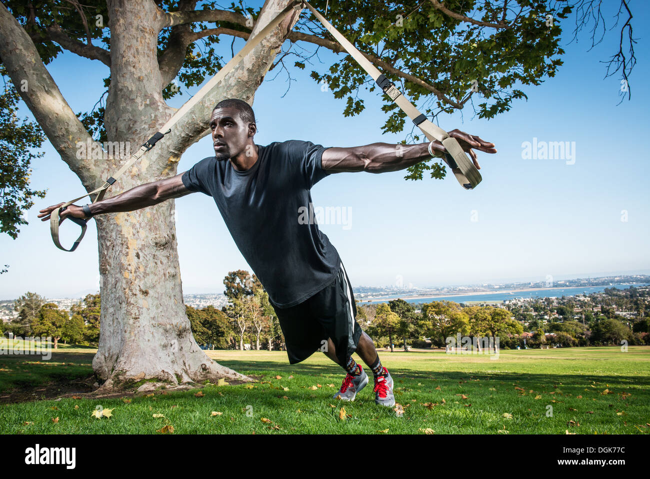 Joven Formación lunge con cuerda en el campo Imagen De Stock