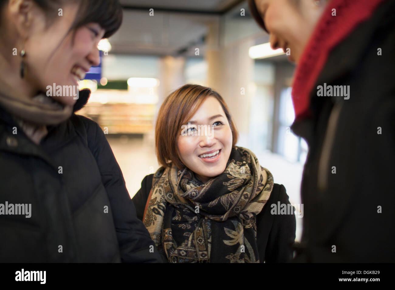 Tres jóvenes mujeres hablando de Asia Imagen De Stock