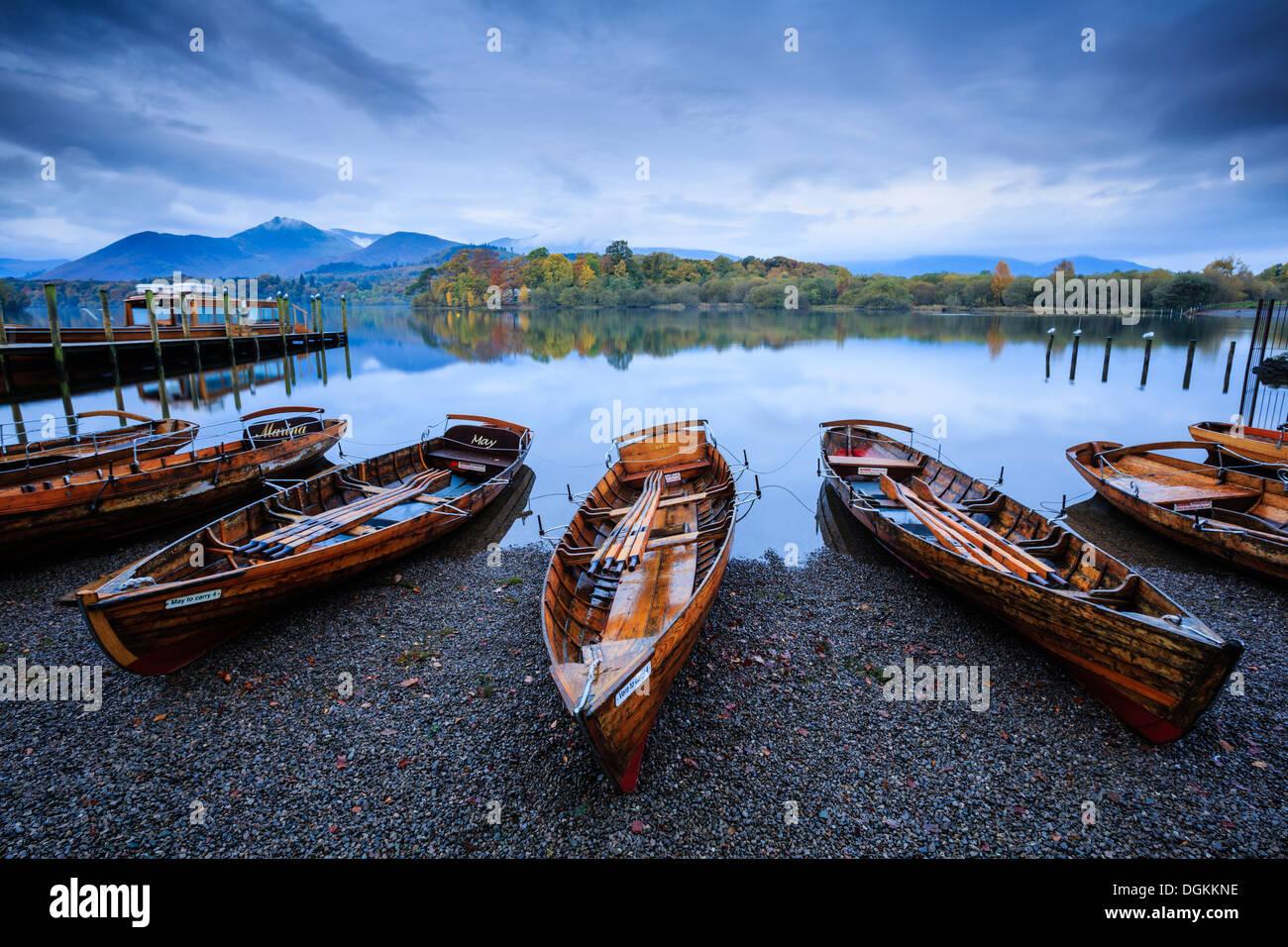Barcas de remos en la orilla del agua Derwent cerca de Keswick. Imagen De Stock