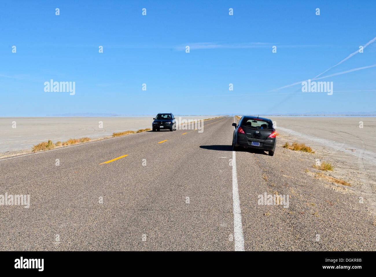 Camino de acceso a la planta de Bonneville Speedway, el Gran Lago De sal del desierto, Wendover, Utah, EE.UU. Imagen De Stock