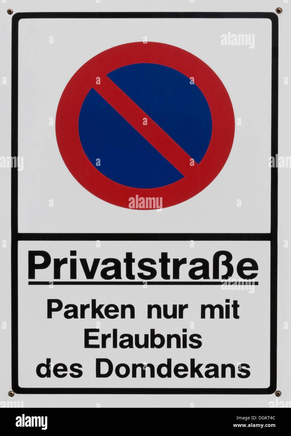 Firmar, calle privada, aparcamiento sólo con el permiso del decano Foto de stock