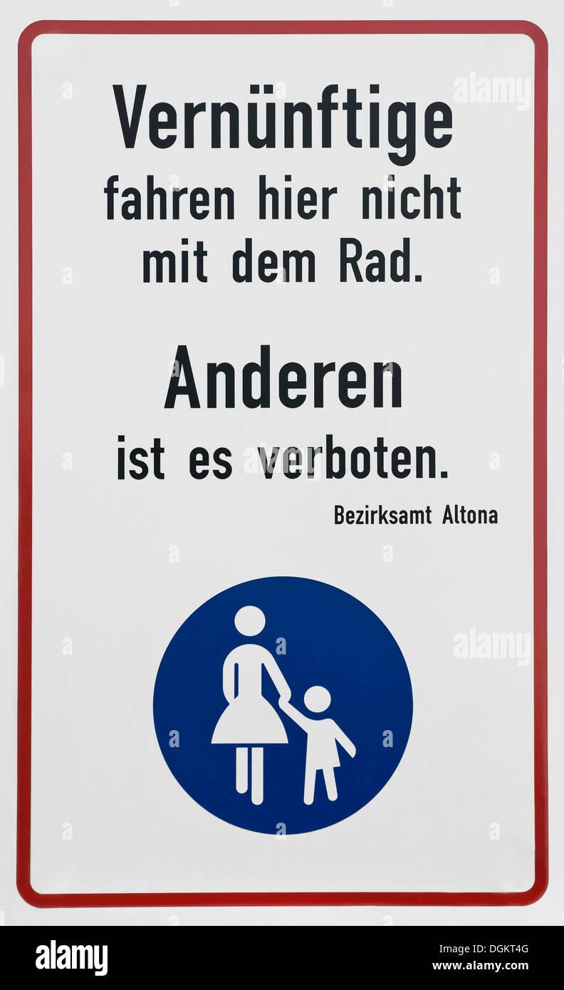 """Firmar, 'sensible gente no conduzca una bicicleta aquí, para otros, está prohibido"""", oficina de distrito de Altona, Hamburgo Imagen De Stock"""